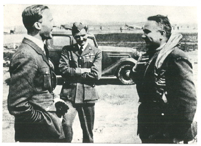 Commandant of RAF Kenley Sqr/Ldr (Major) John Peel during discussion with the commander of Squadron 302, in readiness, Major Piotr Łaguna.