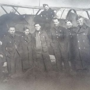 Doulgas Harry Leason, second left, with 'erks' of No.615 Squadron in front of a Gloster Gladiator. Location and date unknown. | Tony Leason
