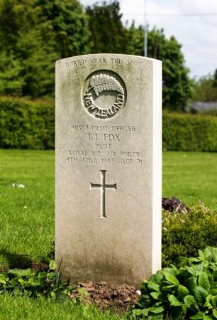 The headstone of P/O Fox in Longuenesse (St.Omer) Cemetery, France.  | New Zealand War Graves Trust (FRKD3329). CC BY-NC-ND 4.0.