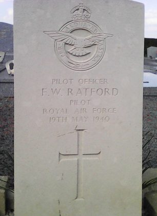 The grave of P/O Ratford in Reincourt-Les-Cagnicourt Communal Cemetery, France.  | Phillipe Degroote